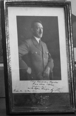 تصویر امضا شده ی هیتلر برای رضا شاه